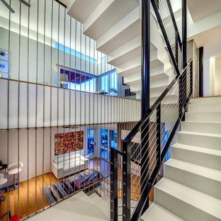Imagen de escalera en U, contemporánea, con escalones de acrílico