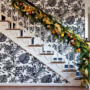 リトルロックの木のエクレクティックスタイルのおしゃれな階段の写真