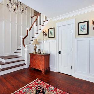 Foto de escalera en U, campestre, con barandilla de madera, escalones de madera y contrahuellas de madera pintada