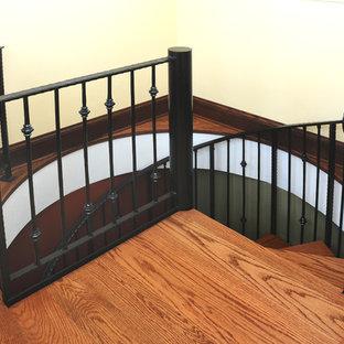 Imagen de escalera de caracol, de estilo americano, pequeña, con escalones de madera y contrahuellas de metal