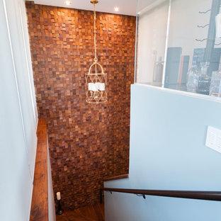 バンクーバーの小さい木のトランジショナルスタイルのおしゃれな折り返し階段 (木の蹴込み板) の写真