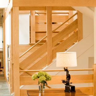 Ejemplo de escalera recta, contemporánea, grande, sin contrahuella, con escalones de madera y barandilla de madera