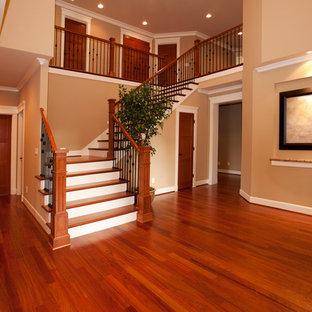 Foto på en stor vintage l-trappa i trä, med sättsteg i målat trä