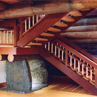 バーリントンの広い木のラスティックスタイルのおしゃれな折り返し階段 (木の蹴込み板) の写真