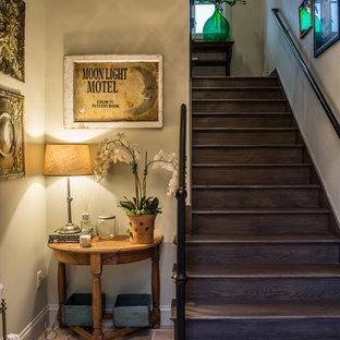Foto de escalera recta, rústica, de tamaño medio, con escalones de madera, contrahuellas de madera y barandilla de metal