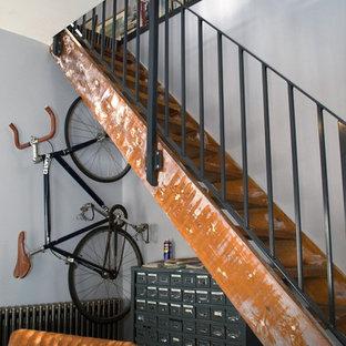 Immagine di una piccola scala a rampa dritta industriale con pedata in legno, nessuna alzata e parapetto in metallo