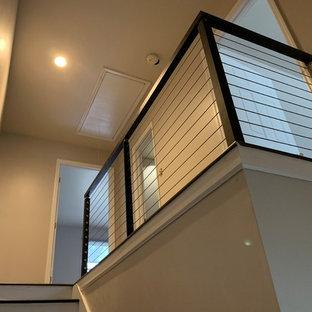 アトランタの中サイズのタイルのコンテンポラリースタイルのおしゃれな直階段 (フローリングの蹴込み板、金属の手すり) の写真