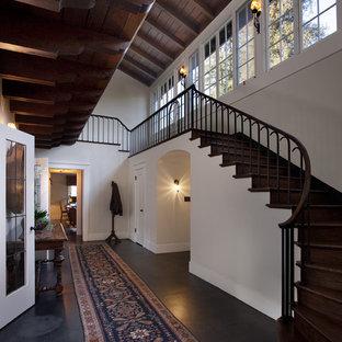 サンタバーバラのトラディショナルスタイルのおしゃれな階段の写真
