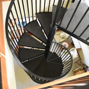 Ispirazione per una scala a chiocciola contemporanea di medie dimensioni con pedata in metallo, alzata in metallo e parapetto in metallo