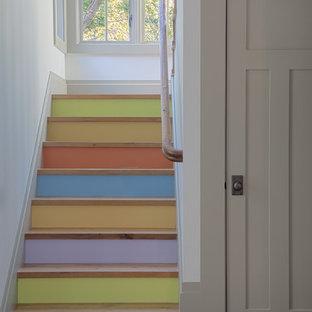 Modelo de escalera en U, ecléctica, con escalones de madera y contrahuellas de madera pintada