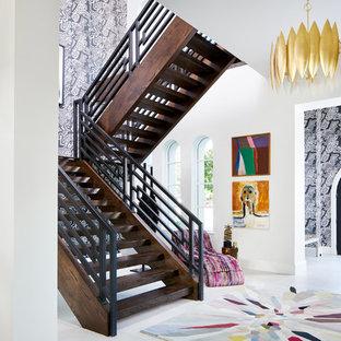 Modelo de escalera en L, moderna, de tamaño medio, sin contrahuella, con escalones de madera y barandilla de metal