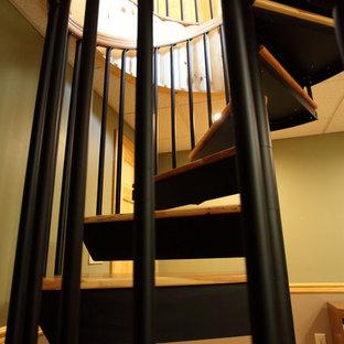 Imagen de escalera de caracol, clásica, pequeña, con escalones de madera y contrahuellas de metal