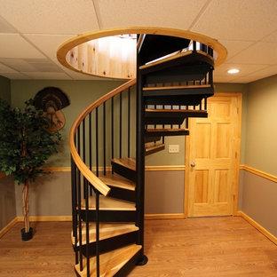 Ejemplo de escalera de caracol, clásica, pequeña, con escalones de madera y contrahuellas de metal
