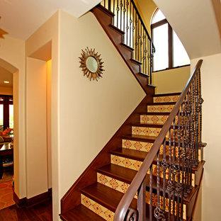 Foto de escalera en U, mediterránea, con escalones de madera y contrahuellas con baldosas y/o azulejos