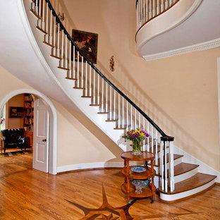 Diseño de escalera curva, tradicional, con escalones de madera