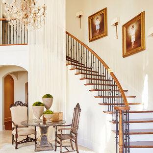 Diseño de escalera curva, clásica, con escalones de madera y barandilla de madera