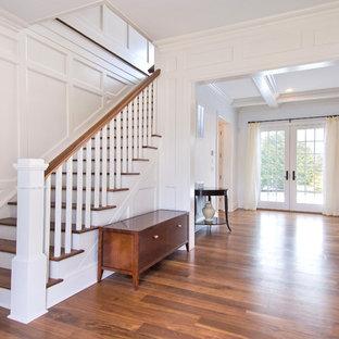 Новые идеи обустройства дома: лестница в классическом стиле с деревянными ступенями и деревянными перилами