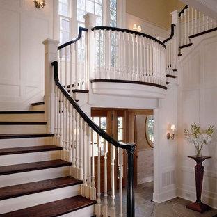 Réalisation d'un escalier tradition en U avec des marches en bois, des contremarches en bois peint et un garde-corps en bois.