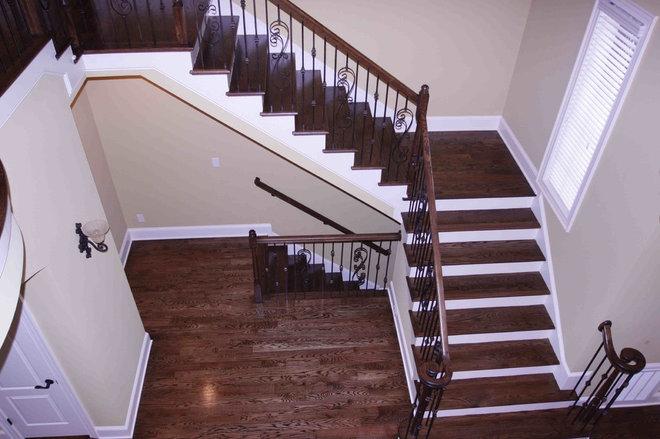 Traditional Staircase by Grainda Builders, Inc.