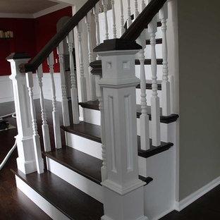 Ejemplo de escalera en L, clásica, de tamaño medio, con escalones de madera y contrahuellas de madera pintada