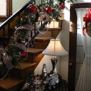 Ejemplo de escalera clásica con escalones de madera y contrahuellas de madera