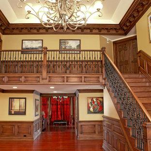 ニューアークの木のトラディショナルスタイルのおしゃれな直階段 (木の蹴込み板) の写真