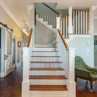 Свежая идея для дизайна: лестница среднего размера в викторианском стиле с деревянными перилами, деревянными ступенями и крашенными деревянными подступенками - отличное фото интерьера