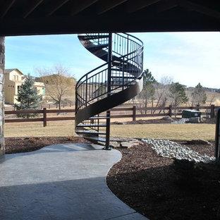 デンバーの中サイズの金属製のトラディショナルスタイルのおしゃれな階段 (金属の手すり) の写真