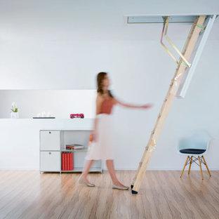 Esempio di una piccola scala a rampa dritta tradizionale con pedata in legno e alzata in legno
