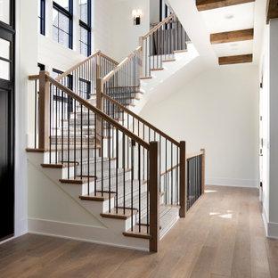 Idéer för stora vintage u-trappor i trä, med sättsteg i trä och räcke i flera material