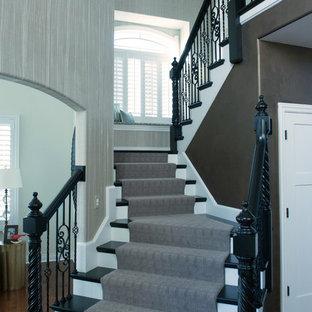 シカゴの木のトランジショナルスタイルのおしゃれな折り返し階段 (フローリングの蹴込み板、混合材の手すり) の写真