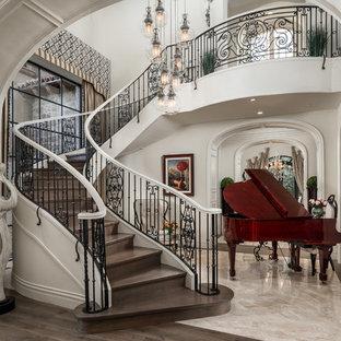 Foto de escalera suspendida, romántica, extra grande, con escalones de madera, contrahuellas de madera y barandilla de metal