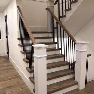 Große Klassische Holztreppe in U-Form mit gebeizten Holz-Setzstufen und Mix-Geländer in Vancouver