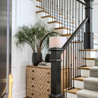 Diseño de escalera en U, clásica renovada, con escalones de madera, contrahuellas de madera pintada y barandilla de varios materiales