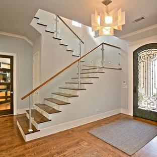 Diseño de escalera clásica renovada con escalones de madera