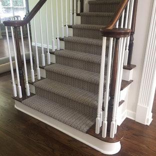 Ispirazione per una scala a rampa dritta chic di medie dimensioni con pedata in legno e alzata in moquette