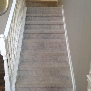 Imagen de escalera tradicional renovada con escalones enmoquetados y contrahuellas enmoquetadas