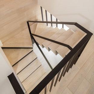 Große Moderne Holztreppe in U-Form mit Metall-Setzstufen und Stahlgeländer in New York