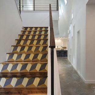 Diseño de escalera en U, moderna, de tamaño medio, con escalones de madera y contrahuellas con baldosas y/o azulejos