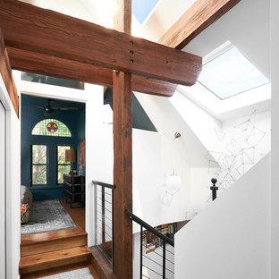シカゴの大きい木のエクレクティックスタイルのおしゃれな階段 (ワイヤーの手すり) の写真