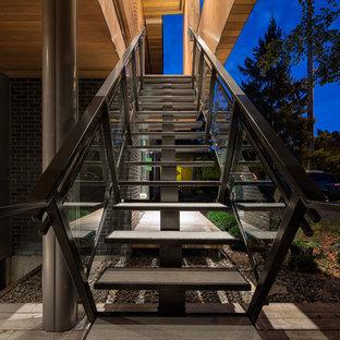 トロントの中サイズの金属製のコンテンポラリースタイルのおしゃれな直階段の写真