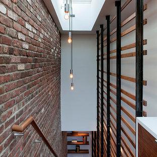 Modelo de escalera recta, urbana, grande, sin contrahuella, con escalones de madera