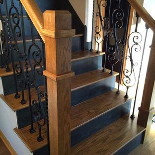 ミネアポリスの中サイズの木のヴィクトリアン調のおしゃれな直階段 (木の蹴込み板、木材の手すり) の写真