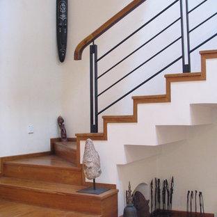 Foto de escalera suspendida, tropical, grande, con escalones de madera, contrahuellas de madera y barandilla de metal