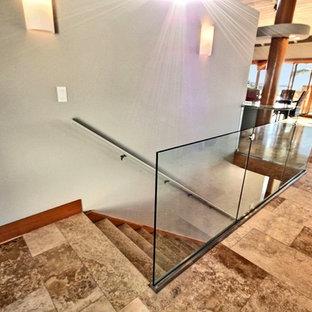 Diseño de escalera recta, exótica, grande, con escalones con baldosas y contrahuellas con baldosas y/o azulejos