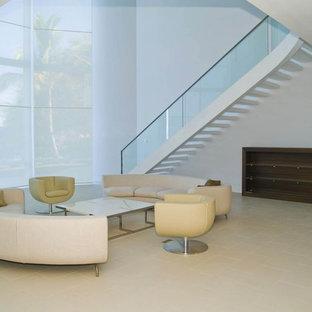 他の地域の大きいアクリルのトロピカルスタイルのおしゃれな階段の写真