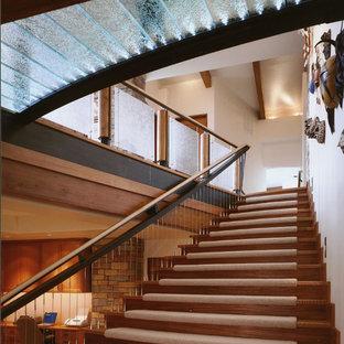 他の地域のサンタフェスタイルのおしゃれな階段の写真