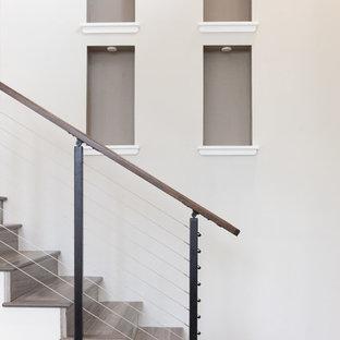 Idee per una scala a rampa dritta contemporanea di medie dimensioni con pedata in legno, alzata in legno e parapetto in cavi