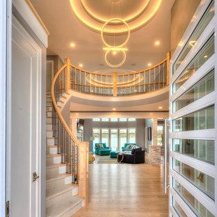 Diseño de escalera curva, minimalista, grande, con escalones enmoquetados, contrahuellas enmoquetadas y barandilla de madera
