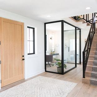 Diseño de escalera en L, de estilo de casa de campo, con escalones de madera, contrahuellas de madera y barandilla de cable